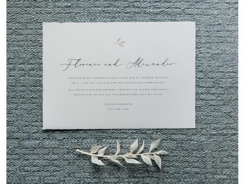 Büttenpapier Hochzeitseinladung mit goldenen Blättern.