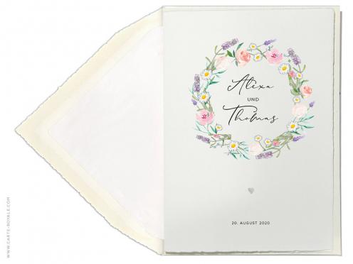 Bütteneinladungskarte mit Blumenkranz aus Lavendel, Rosen und Gänseblümchen. Prägung