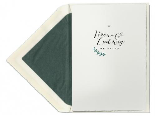 Büttenpapier Hochzeitseinladungen mit grünem Zweig und geprägtem Herz.