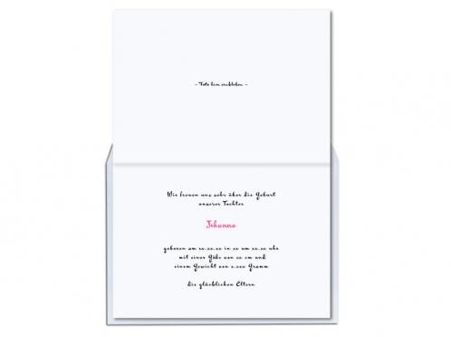 Geburtkarte mit hängenden Babykleider und pink gefüttertem Briefumschlag.