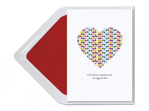 Einladungen mit buntem Herz und rot gefüttertem Briefumschlag.