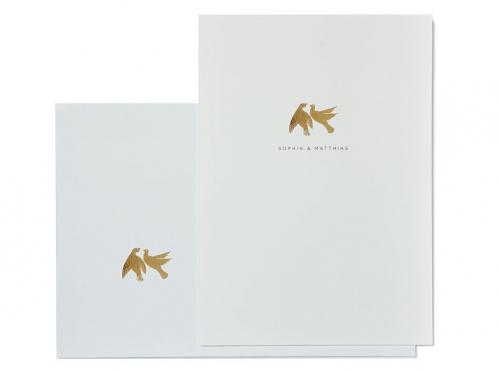 Einladungskarten mit gold geprägten Tauben als Symbol der ewigen Liebe.
