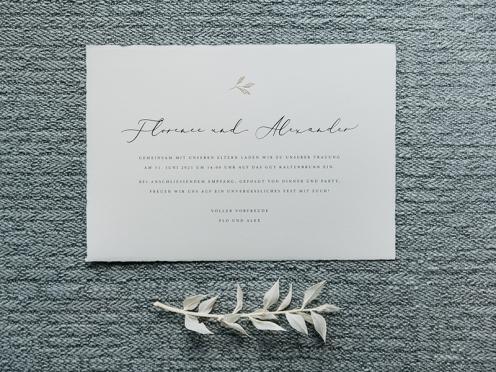 Elegante und schlichte Hochzeitseinladungen mit Gold geprägten Blätter auf hochwertigem Büttenpapier.
