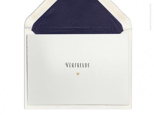 Save-the-Date Karten mit charmanter Schrift, gedruckt auf edlem Büttenpapier mit goldenem Herz.