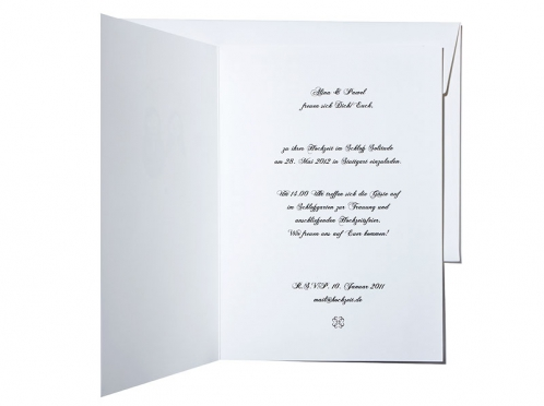 Hochzeitseinladungen mit Matrjoschkas und rot geprägtem Herz.
