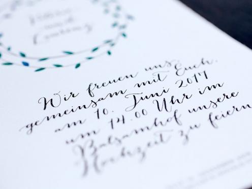 Hochzeitseinladungen mit gezeichnetem Kranz, kalligrafischer Schriftzeichen, Büttenpapier inkl. Briefumschlag.