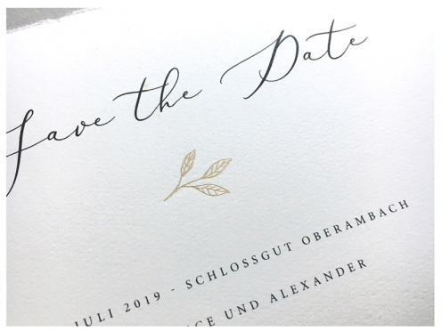 Echt Bütten Save-the-Date-Karte mit Gold geprägtem Zweig inklusive hochwertigem Umschlag.