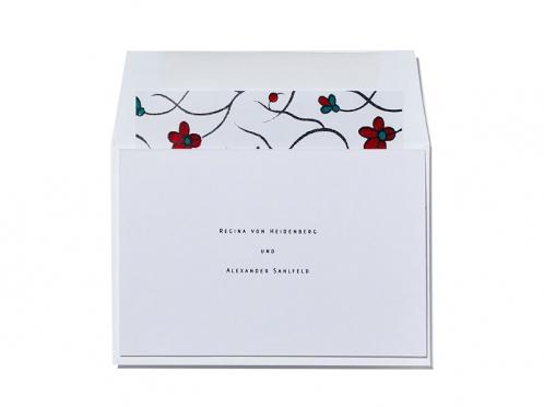 Save-the-Date Karten im kleinem Format mit blumig gefüttertem Umschlag.