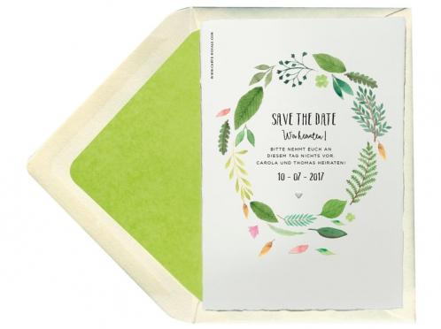 Save-the-Date Karten mit grünem Blätterkranz und kleiner Herz-Prägung.