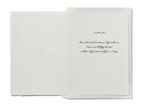 Save-the-Date Hochzeitskarten gedruckt auf Büttenpapier mit 2 gold geprägten Herzen.