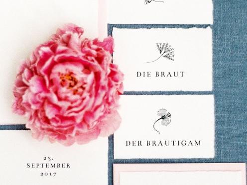 Personalisierte Tischkarten mit verschiedenen Blumen im Jugenstil Design. Gedruckt auf Büttenpapier.