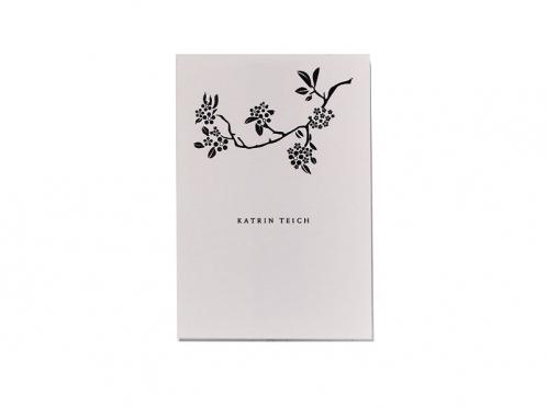 Tischkarten mit Blütenzweigen bedruckt mit dem Namen Ihrer Gäste.