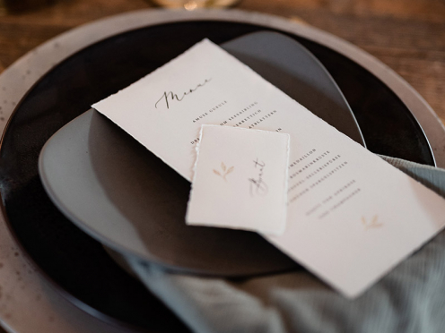 Hochwertige Tischkarten mit goldenem Zweig veredelt, handgefertigt und personalisiert mit dem Namen Ihres Gastes. Gedruckt und geprägt auf Büttenpapier.
