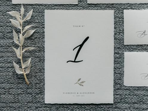 Tischnummer im A6 Format mit goldener Prägung und Druck auf Büttenpapier. Von Tischnummer 1 bis unendlich.