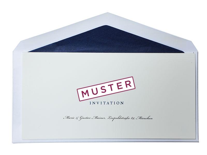 Einladungskarte mit Folienprägung und blau gefüttertem Briefumschlag als Muster.