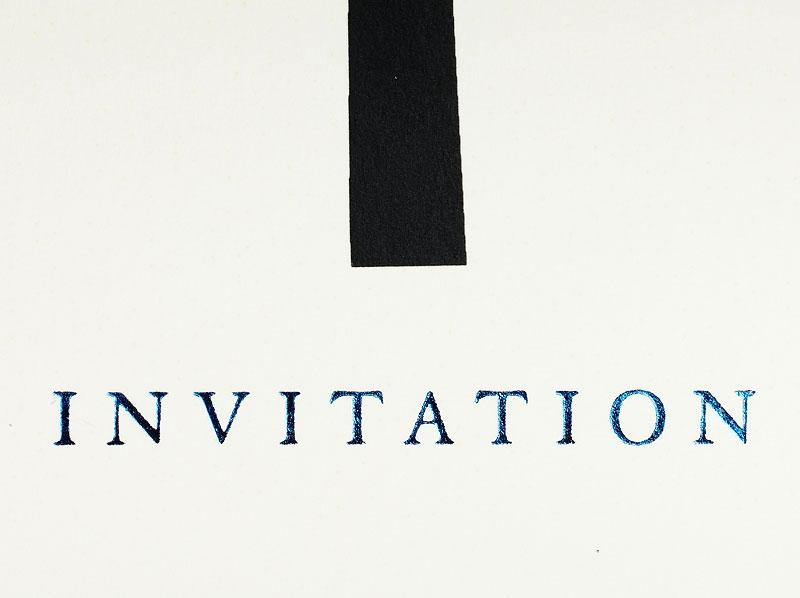 Mit einer Musterkarte können Sie die hochwertige Einladung fühlen.