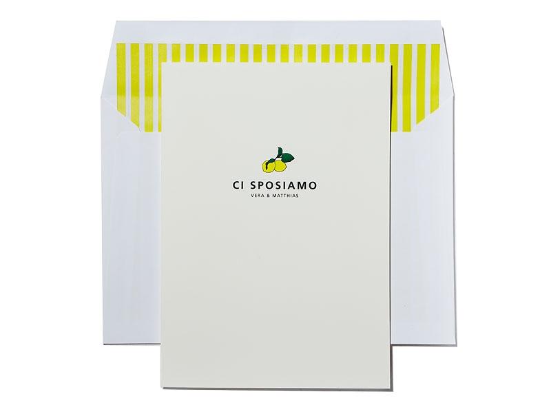 Hochzeitseinladung mit gelben Zitronen, Briefumschlag mit gestreiftem Innenfutter
