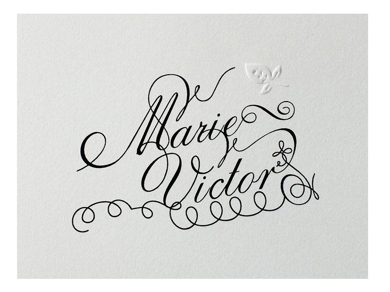 Musterkarte mit kalligrafischer Schrift und Prägung auf Büttenpapier.