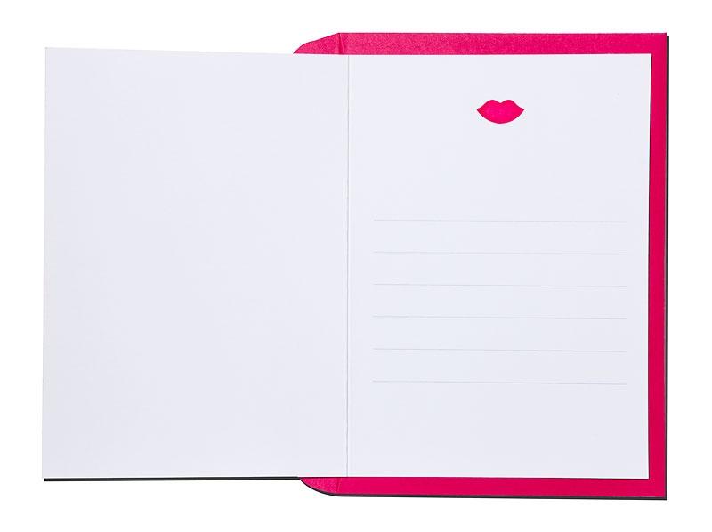 Personalisierte Einladungskarte mit pinken Lippen und pinkem Briefumschlag.