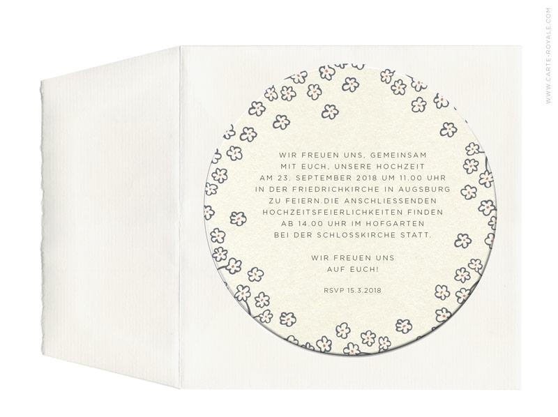 Einladungen als Bierdeckel mit Blumenkranz und Büttenumschlag.