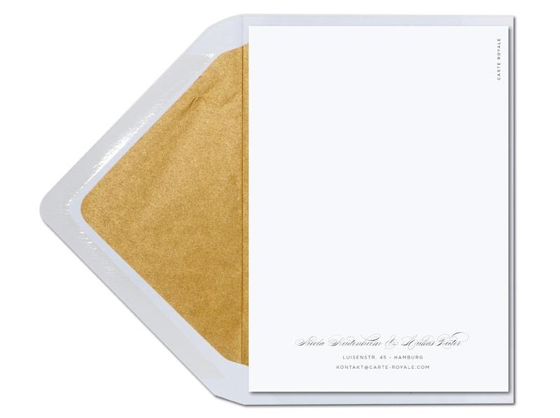 Kalligafie Einladungen mit Blume und gold gefüttertem Briefumschlag.
