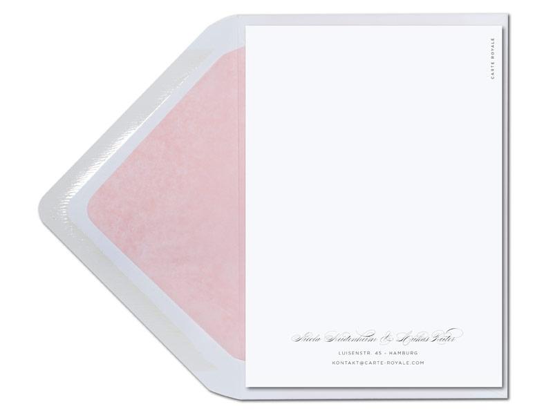 Kalligafie Einladungen mit Blume und rosa gefüttertem Briefumschlag.