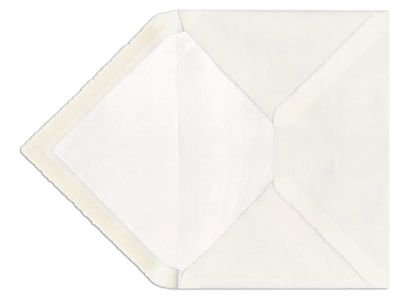 C5 Briefumschlag aus Büttenpapier mit weißem Seidenpapier gefüttert.