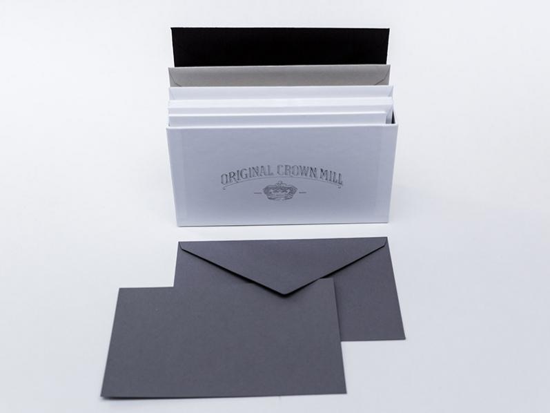 Crown Mill Hüllen und Karten farblich sortiert in einer Geschenkschachtel verpackt. Insgesamt 32 Karten und Kuverts in schwarz, dove, anthrazit und weiß.