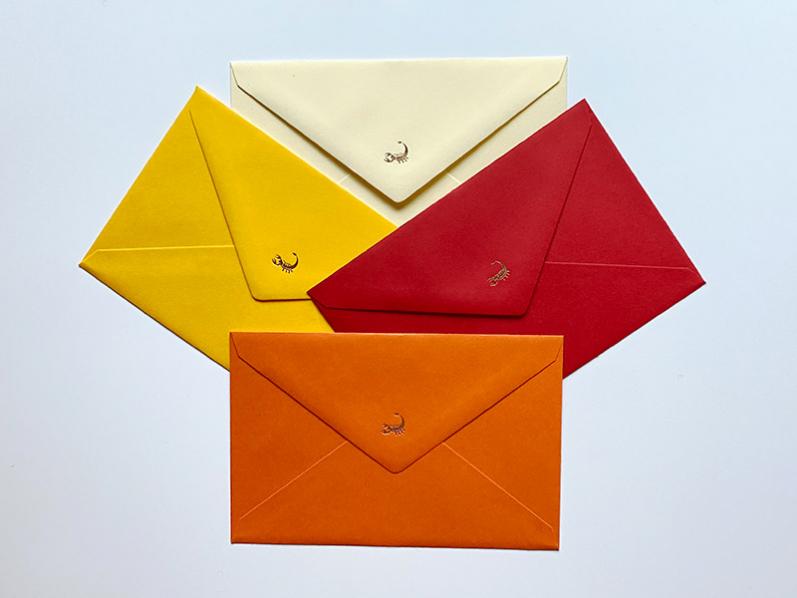 Hochwertige Karten und Kuverts in Herbstfarben. Veredelt mit einem in Kupfer geprägtem Sternzeichen Ihrer Wahl auf der Umschlagspitze.