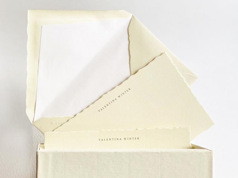 30 mit Namen bedruckte Korrespondenzkarten in edler Geschenkbox. Die Kanten der Karten und Kuverts sind gewellt und aus feinem Vergé-Papier. Inhalt 30 Karten und Kuverts.