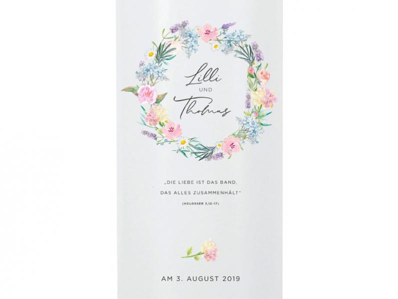 Hochzeitkerze mit einem Blumenkranz aus Hortensien, Rosen und Lavendel.