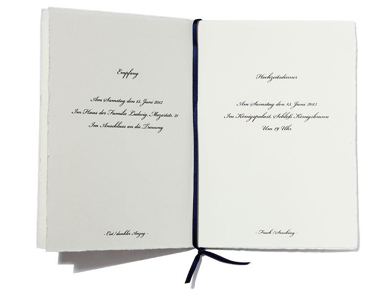 Din A6 Heft gedruckt auf Büttenpapier mit gold geprägtem Diener inkl. Satinband.