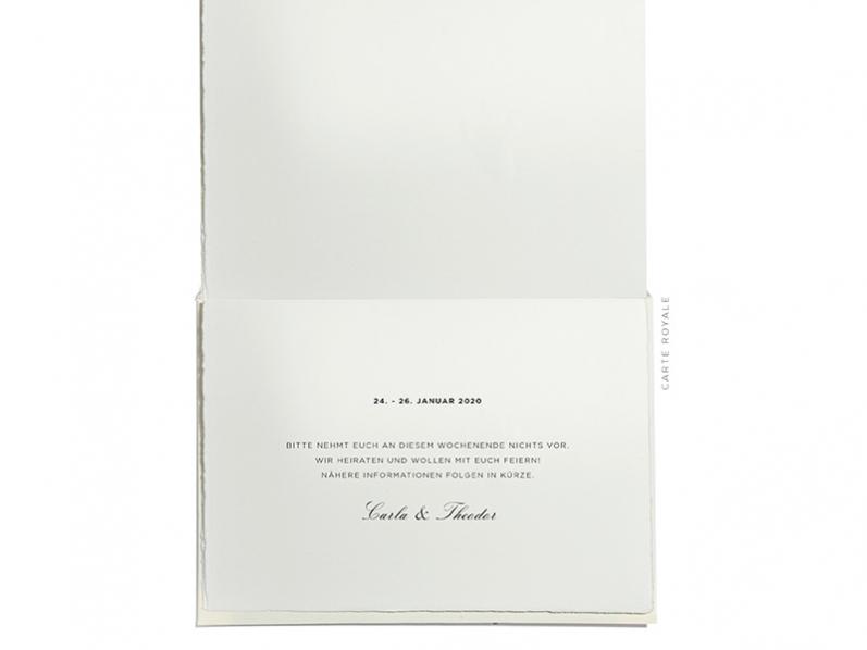 Auf Büttenpapier gedruckte Save-the-Date Karte zur Hochzeit mit rosé goldener Prägung.