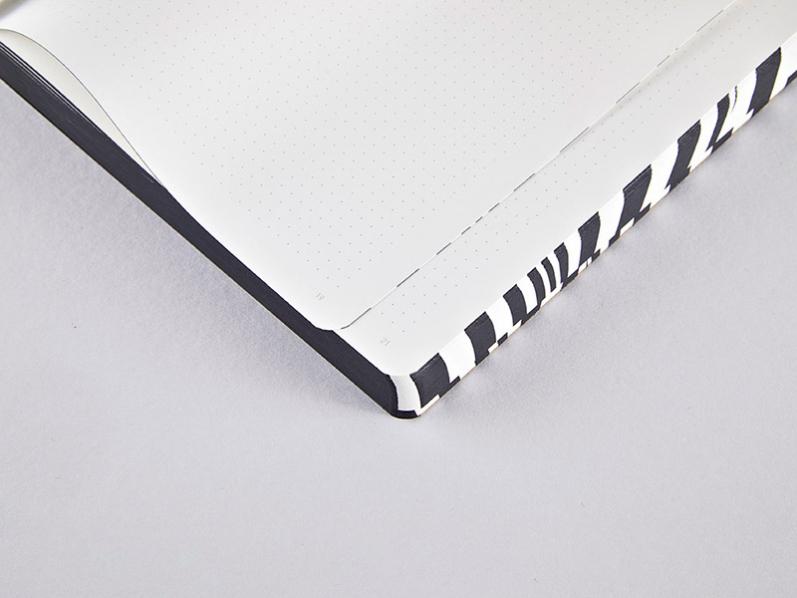 Bonnie Notizbuch mit Wellendesign in schwarz - weiß. Skizzenbuch mit Ledereinband und hochwertiger Fadenheftung.