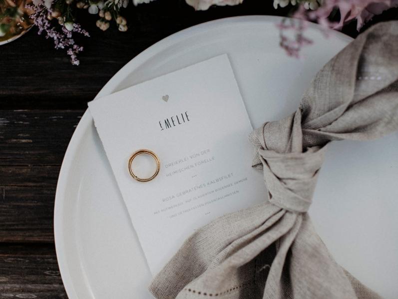Hochwertige Tischkarten mit Hochzeitsmenü, goldenem Herz, gedruckt auf Büttenpapier.