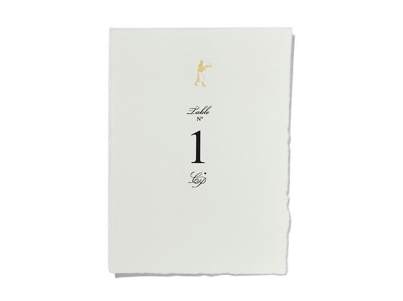 Din A6 Tischnummer gedruckt auf Büttenpapier mit goldener Prägung.