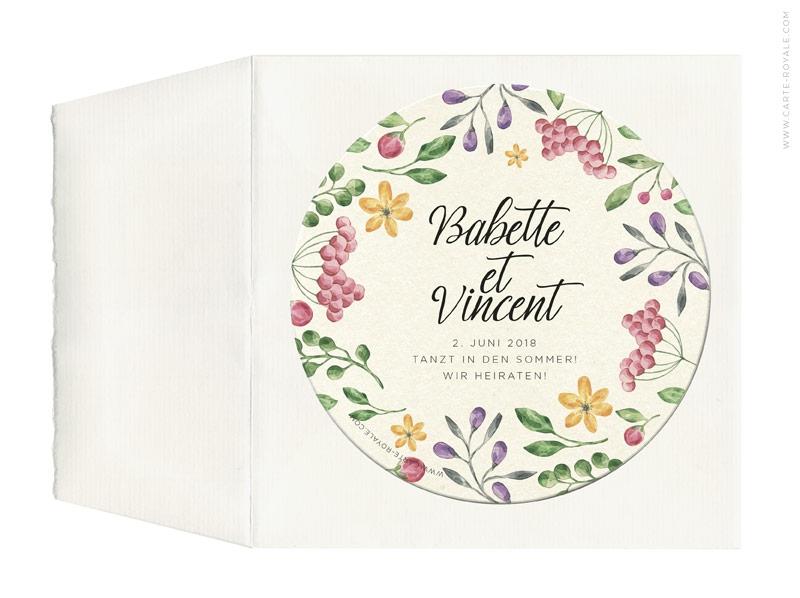 Hochzeitseinladungen als Bierdeckel mit gezeichneten Beeren und Blumen.
