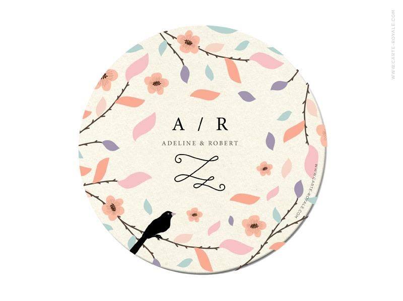 Einladungen als Bierdeckel mit Blüten in Pastellfarben und Büttenumschlag.