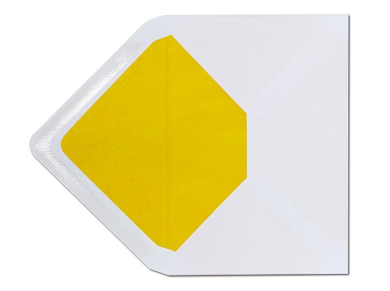 Weißer C6 Briefumschlag mit gelbem Innenfutter.