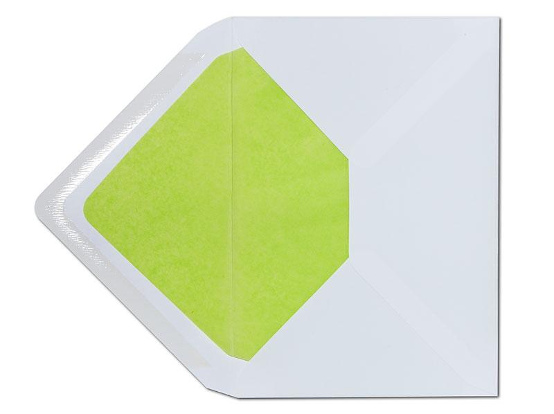 Weißer C6 Briefumschlag mit hellgrünem Seidenpapier gefüttert.
