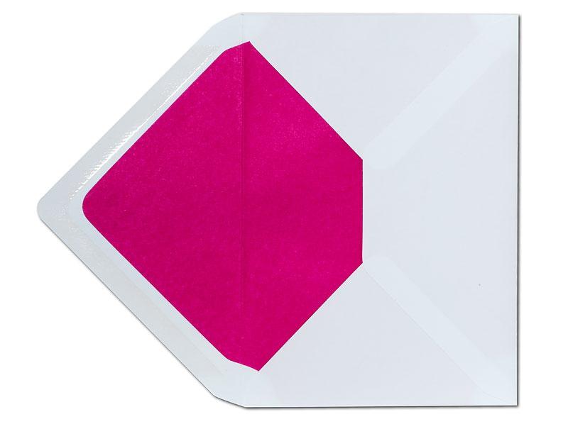 Weißer Briefumschlag im C5 Format mit pinkem Seidenpapier gefüttert.