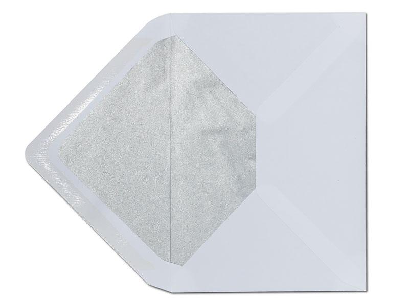 Weißer C6 Briefumschlag mit einem Innenfutter in silber.