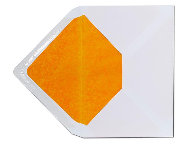 Weißer C6 Briefumschlag mit orangenem Innenfutter.
