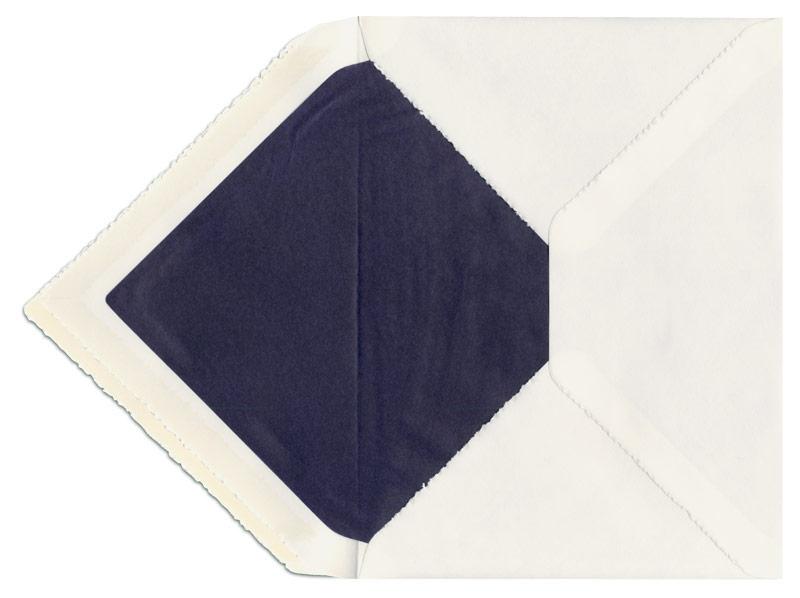 C5 Briefumschlag aus Büttenpapier mit dunkelblauem Seidenpapier gefüttert.