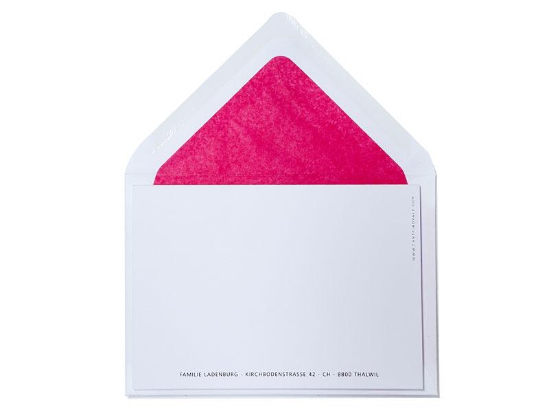 Geburtskarte mit metallic-pinker Prägung und pink gefüttertem Briefumschlag.