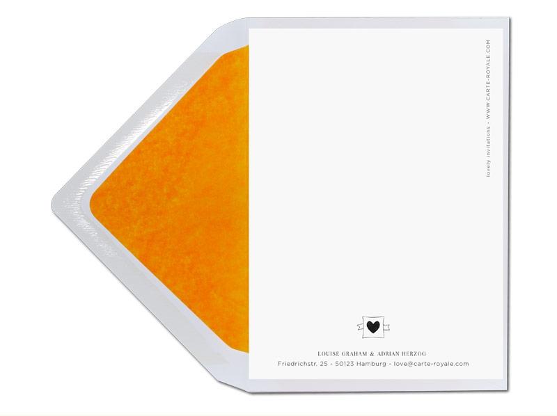 Hochzeitseinladungen mit illustriertem Herz mit Liebespfeil in orange.