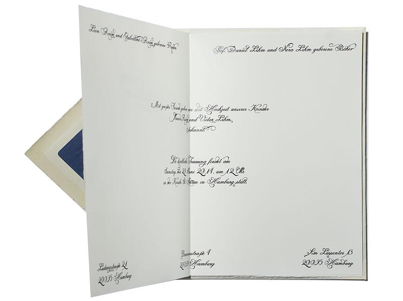 Hochzeitseinladung in kalligrafischer Schrift mit Prägung, Büttenpapier mit Büttenumschlag.