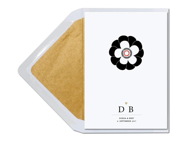 Kalligrafische Einladungen mit illustrierten Blumen und gold gefüttertem Umschlag.