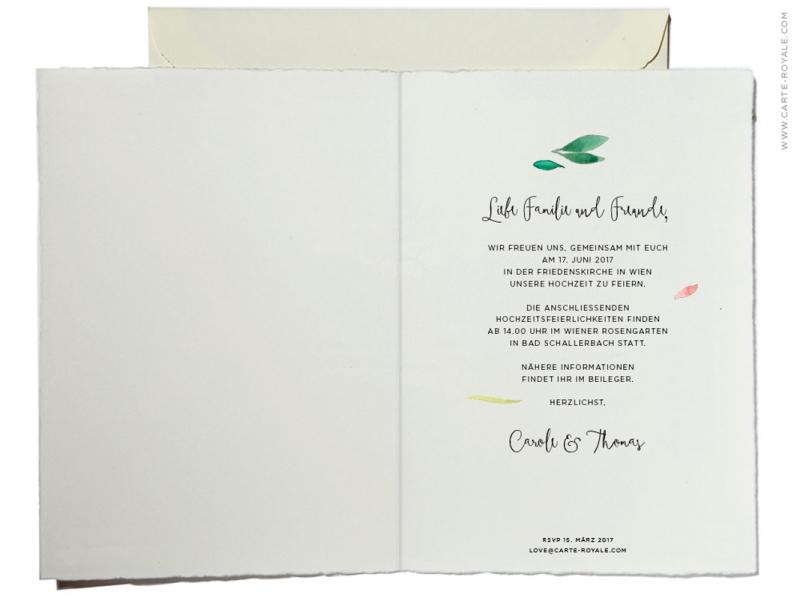 Büttenpapier Hochzeitseinladungen mit gemaltem Blätterkranz in Aquarellfarben.