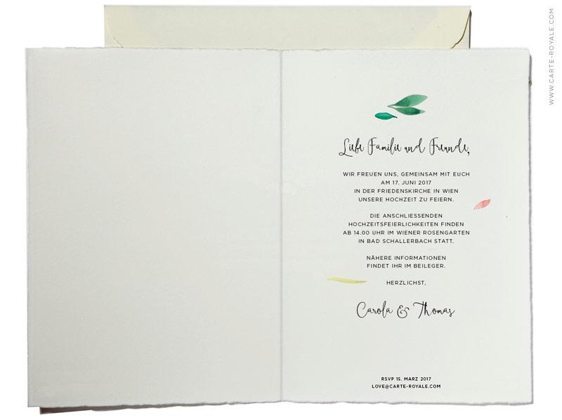 Büttenpapier-Einladung mit Blätterkranz in Aquarellmalerei und geprägtem Herz.